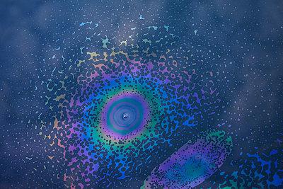 Irisierender Ölfleck auf Wasseroberfläche  - p1312m2158792 von Axel Killian