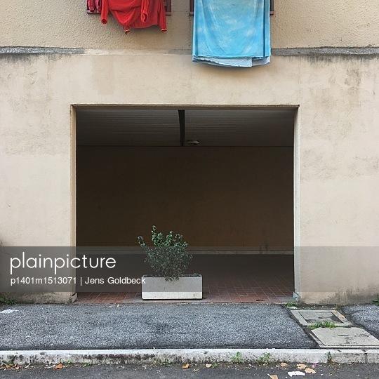 Blumenkasten vor Fassade - p1401m1513071 von Jens Goldbeck
