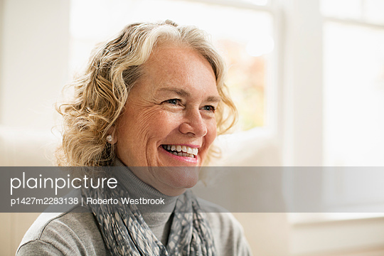 Portrait of happy senior woman at home - p1427m2283138 by Roberto Westbrook
