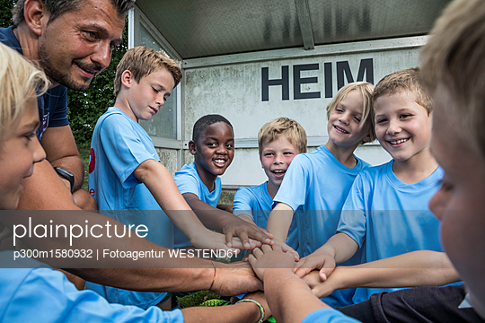 plainpicture - plainpicture p300m1580932 - Coach and young football pl... - plainpicture/Westend61/Fotoagentur WESTEND61