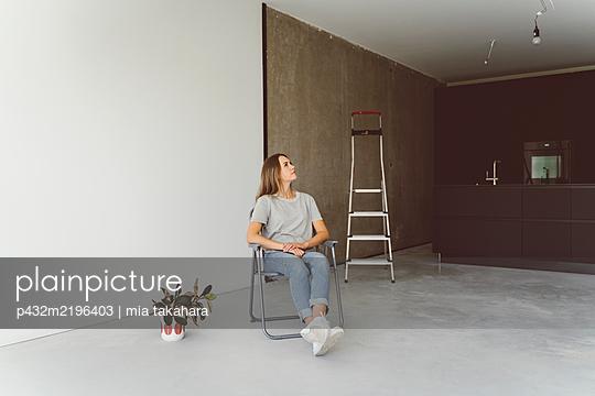 Junge Frau schaut nachdenklich an die Decke - p432m2196403 von mia takahara
