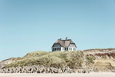Weißes Haus am Strand von Løkken - p1162m1486636 von Ralf Wilken