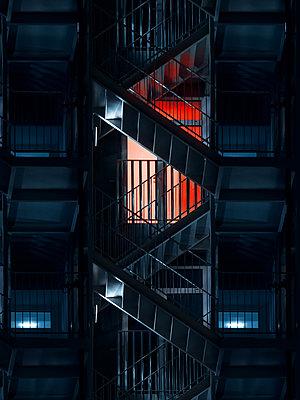Feuertreppe am Apartmenthaus bei Nacht - p1280m2195448 von Dave Wall