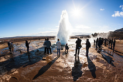 People looking at Geysir, Iceland - p343m1130478 by Gu_mundur Tómasson