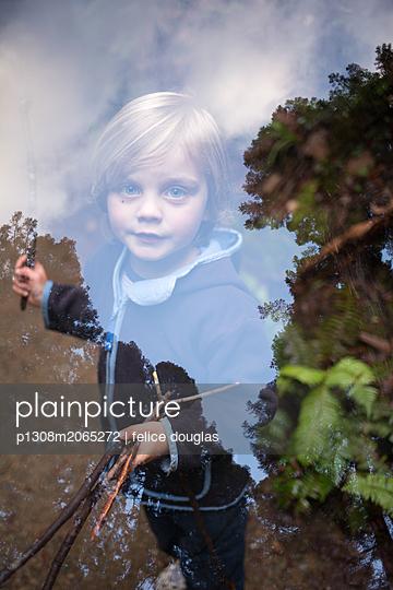 Kind im Wald - p1308m2065272 von felice douglas