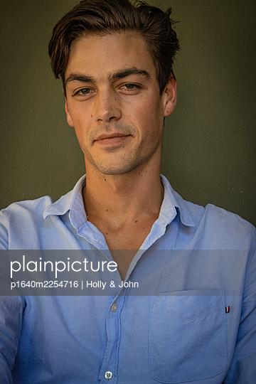 Porträt eines Mannes mit braunen Haaren - p1640m2254716 von Holly & John