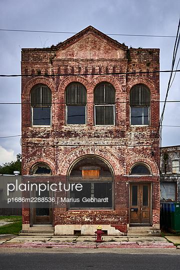 Ruinous brick building, Louisiana, USA - p1686m2288536 by Marius Gebhardt