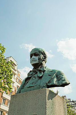 surgical mask on a statue - p445m2176738 by Marie Docher
