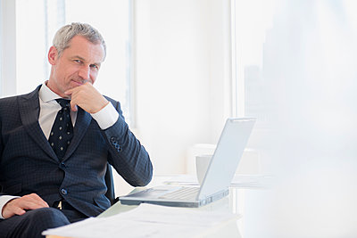 Confident older Caucasian businessman with laptop - p555m1304919 by JGI/Jamie Grill