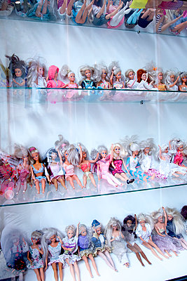 Barbie Puppen Schaufenster - p606m2015651 von Iris Friedrich