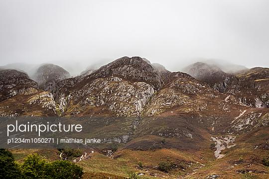 Bergkette im Regen - p1234m1050271 von mathias janke