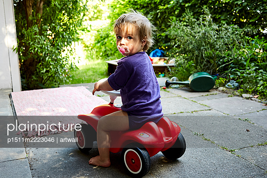 Toddler boy on a bobby car - p1511m2223046 by artwall