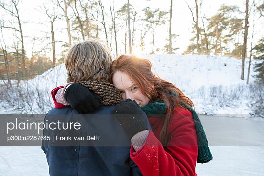 Netherlands, Vught, Vughtse Hei, ginger girl and boyfriend iceskating - p300m2287645 von Frank van Delft