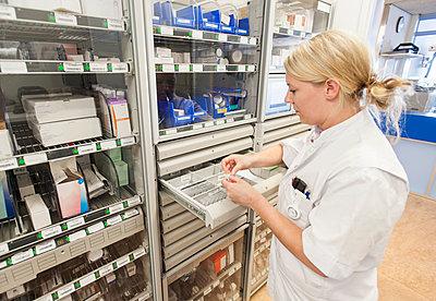 Nurse in hospital dispensary - p429m1197835 by Arno Masse