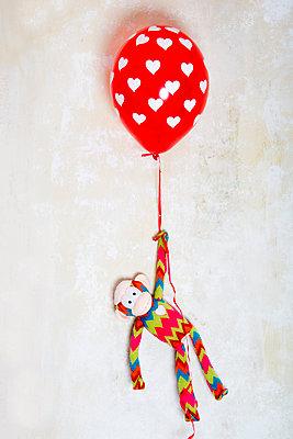 Stoffaffe mit Herzballon - p451m1218798 von Anja Weber-Decker