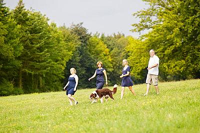 Familienspaziergang I - p606m852241 von Iris Friedrich