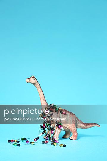 Spielzeug-Dinosaurier mit Mini-Lichterkette - p237m2081920 von Thordis Rüggeberg