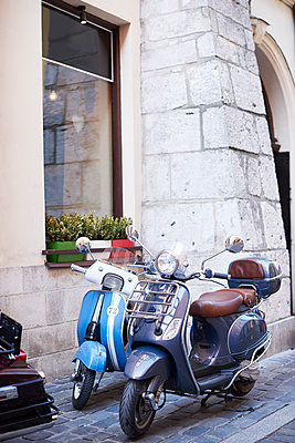 Two old motor scooters parking in front of a house - p300m2012190 by gpointstudio