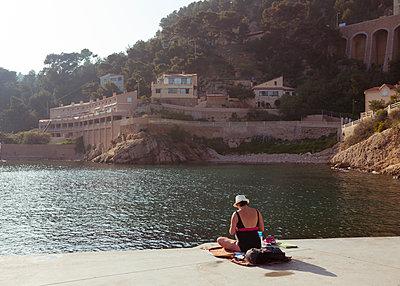 Frau entspannt in der Sonne in La Redonne - p432m2021252 von mia takahara