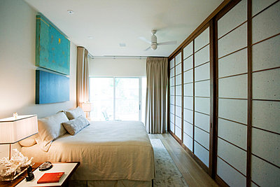 Luxury hotel room with Japanese shoji - p6242994f by Frederic Cirou