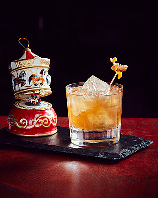 Rum with ice cubes alongside music box - p913m1476151 by LPF