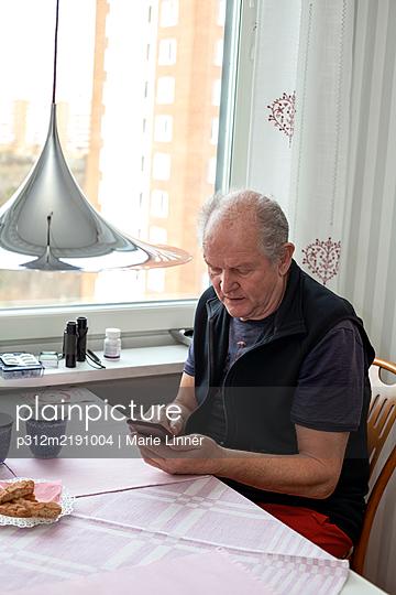 Senior man using cell phone - p312m2191004 by Marie Linnér