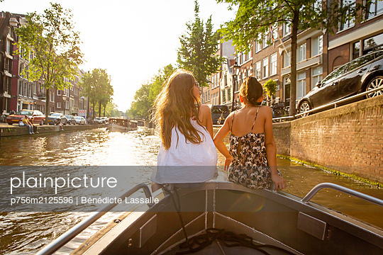 Two girls on a boat in Amsterdam - p756m2125596 by Bénédicte Lassalle