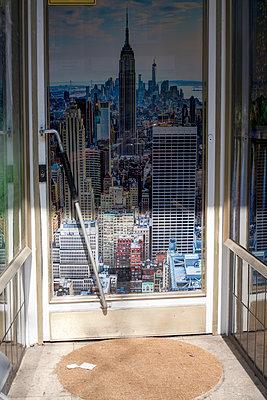 Eingang zu einem Spielsalon mit der New-Yorker Skyline - p1043m2087880 von Ralf Grossek