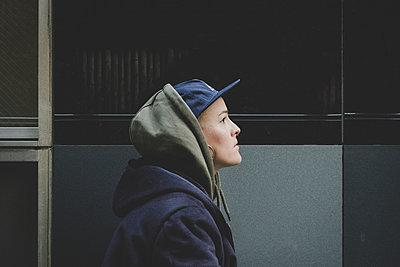 Frau mit Basecap - p1345m2055573 von Alexandra Kern