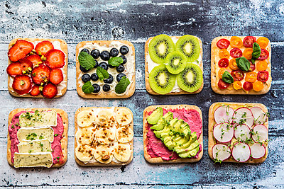 Two rows of various garnished sandwiches - p300m1450013 by Sandra Roesch