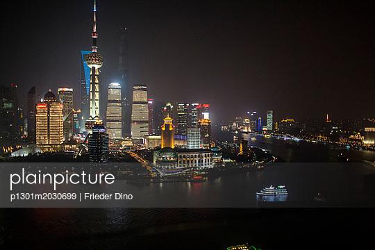 Shanghai Skyline bei Nacht - p1301m2030699 von Delia Baum