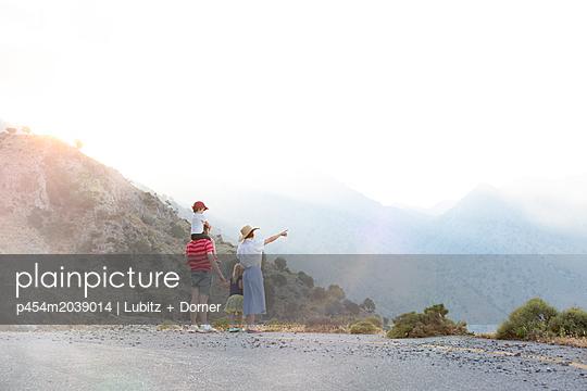 Spotting the mountains - p454m2039014 by Lubitz + Dorner