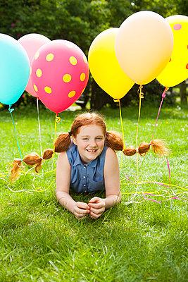 Spaß mit Luftballons im Haar - p045m1466984 von Jasmin Sander