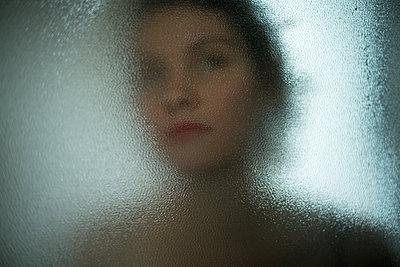 Hinter Glas - p1321m1525076 von Gordon Spooner