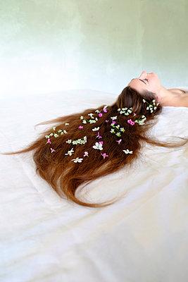 Frau mit Blumen im Haar - p1521m2064679 von Charlotte Zobel