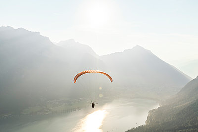 Austria, Tyrol, Paraglider over lake Achensee in the early morning - p300m2104140 von Wilfried Feder