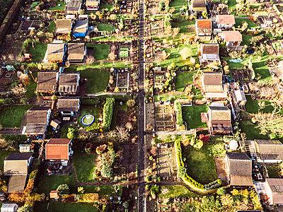 Schrebergärten, Luftaufnahme - p586m1092049 von Kniel Synnatzschke