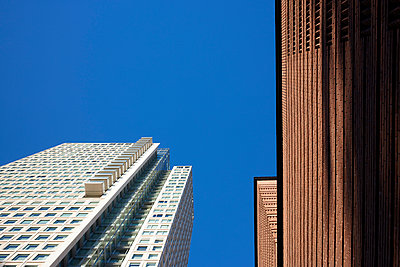 Worm's eye view of high rises in San Francisco - p719m1511413 by Rudi Sebastian