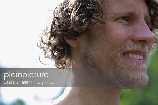 Portrait eines Mannes - p1212m1159077 von harry + lidy