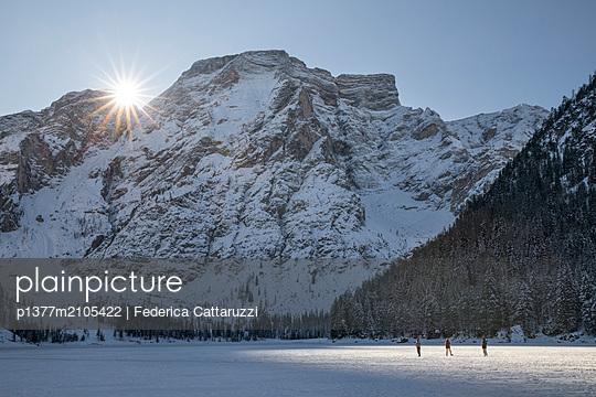 Italy, Trentino-Alto Adige, Bolzano district, Alto Adige, Südtirol, Alps, Dolomites, Fanes Sennes Braies Natural Park, Tourists walk over the frozen lake of Braies, on background the Croda del Becco, Braies - p1377m2105422 by Federica Cattaruzzi
