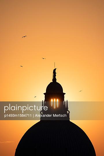Sonnenuntergang hinter der Salute-Kirche, Venedig - p1493m1584711 von Alexander Mertsch