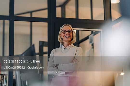 Portrait of smiling mature businesswoman in office - p300m2155242 by Gustafsson