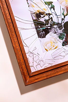Picture frame with broken glass - p1149m2280199 by Yvonne Röder