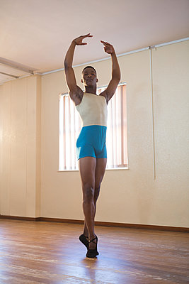 Ballerino standing en pointe - p1315m1514535 by Wavebreak