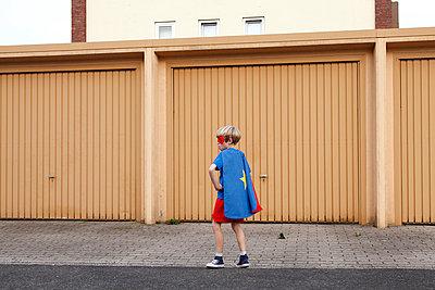 Superheld in Pose - p249m970494 von Ute Mans