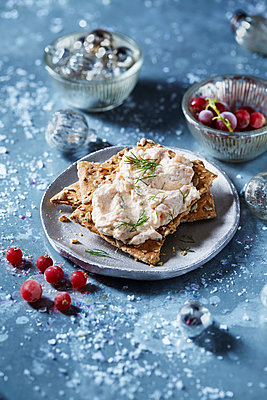 Seeded cracker with pate and dill on plate, seasonal Christmas food - p429m2068518 by Danielle Wood
