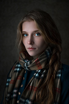 Serious Caucasian woman wearing scarf - p555m1304539 by Dmytro Behma