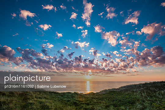 Sonnenuntergang über dem Meer, Wenningstedt, Sylt, Nordfriesland, Schleswig-Holstein, Deutschland - p1316m1161092 von Sabine Lubenow