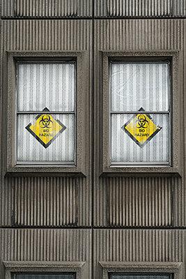 Versiegeltes Bürogebäude mit Warnschildern einer biologischen Gefahr - p1280m2151516 von Dave Wall