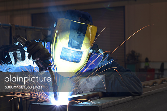Welder at work in factory - p300m1581559 von lyzs